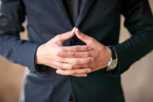 профессиональные качества юриста, красивое фото юриста, руки перед собой